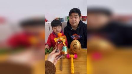 童年趣事:爸爸和宝贝一起砸金蛋