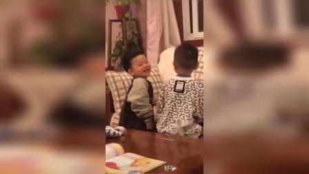 这是两个什么绝世小可爱,还玩起了亲亲的游戏,老阿姨的心都