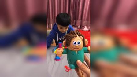 童年趣事:这个小玩具的头发好乱呀,怎么办