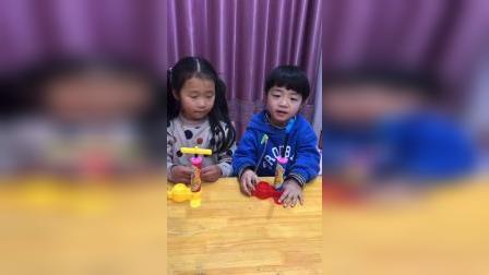 亲子游戏:今天姐姐和弟弟一起来打气球