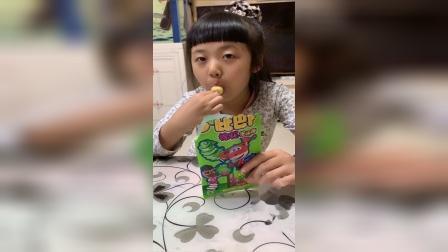 童年趣事:今天是草莓味的棒棒糖,太好吃了