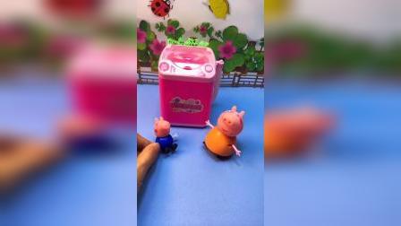 小猪家里的洗衣机坏了,乔治来帮猪妈妈修修