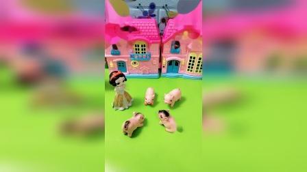 小猪一家被变小猪,白雪帮小猪们变回来,小猪们很开心