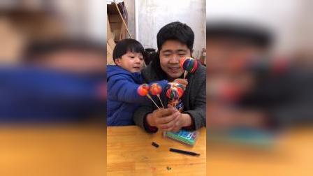 少儿:凯凯和爸爸的棒棒糖是彩色的