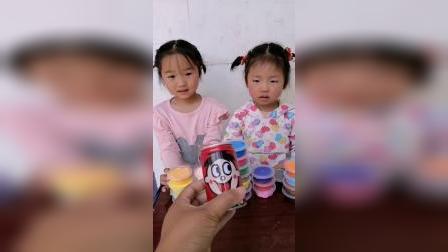 亲子游戏:两个小宝贝一起玩彩泥啦