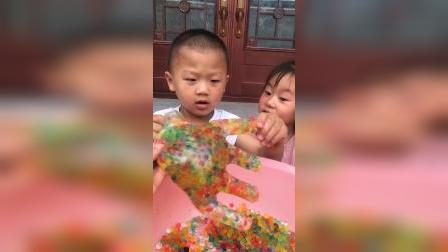 趣味童年:哥哥和弟弟玩胖大珠咯