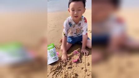 趣味童年:小萌娃你前面怎么会有袋零食呀