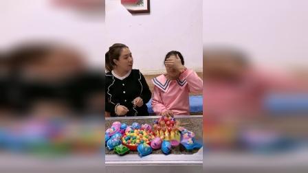 亲子游戏:妹妹闭眼闻闻什么食物
