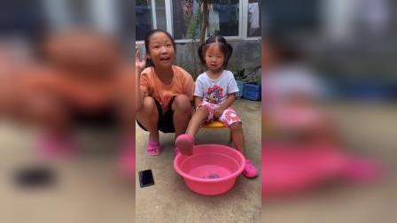 童年趣事:姐姐又玩什么猫腻啊