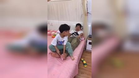 童年趣事:宝贝又想到办法整蛊爸爸了