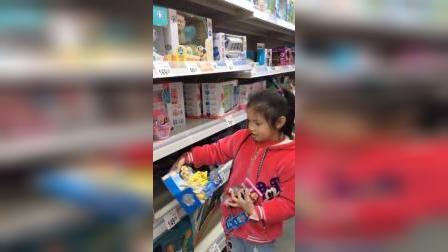 童年趣事:妈妈给小姐姐买好多的玩具啊