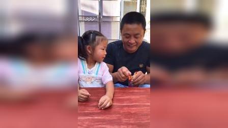 童年趣事:爸爸,怎么能偷吃宝宝的零食呢!