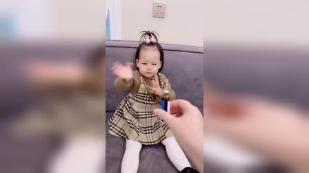 童年趣事:哥哥一个动作就能让宝贝乖乖喝药