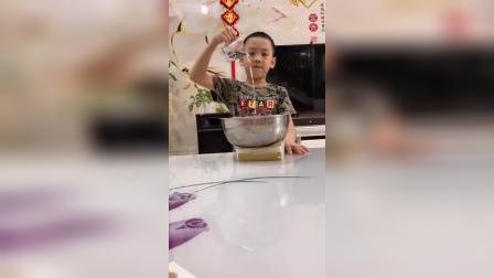 趣味童年:小宝贝表演魔术了,小朋友看出破绽了吗