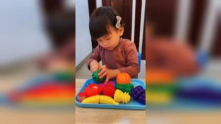 童年趣事:小宝贝这水果切的有模有样的