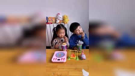 趣味童年:凯凯和小伙伴一起吃薯片