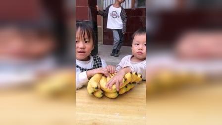 童年趣事:小萌娃们有好多香蕉吃呀