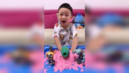 童年趣事:你的手怎么被彩泥埋住了