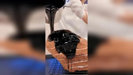 小哥哥制作的黑天鹅蛋糕,这也太精致了吧