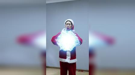 同时出现3个圣诞老人,黑衣人被吓坏了