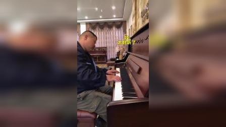 反差萌!粗犷大叔弹钢琴优美动听!网友:这是隐形的王者
