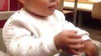 可爱宝宝小糖兜吃菠萝派