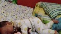 小宝贝抱熊熊睡觉