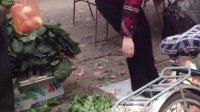 菜市场上——弯腰买菜的大屁股女人