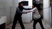两个2B在女厕门口打架 互踢要害